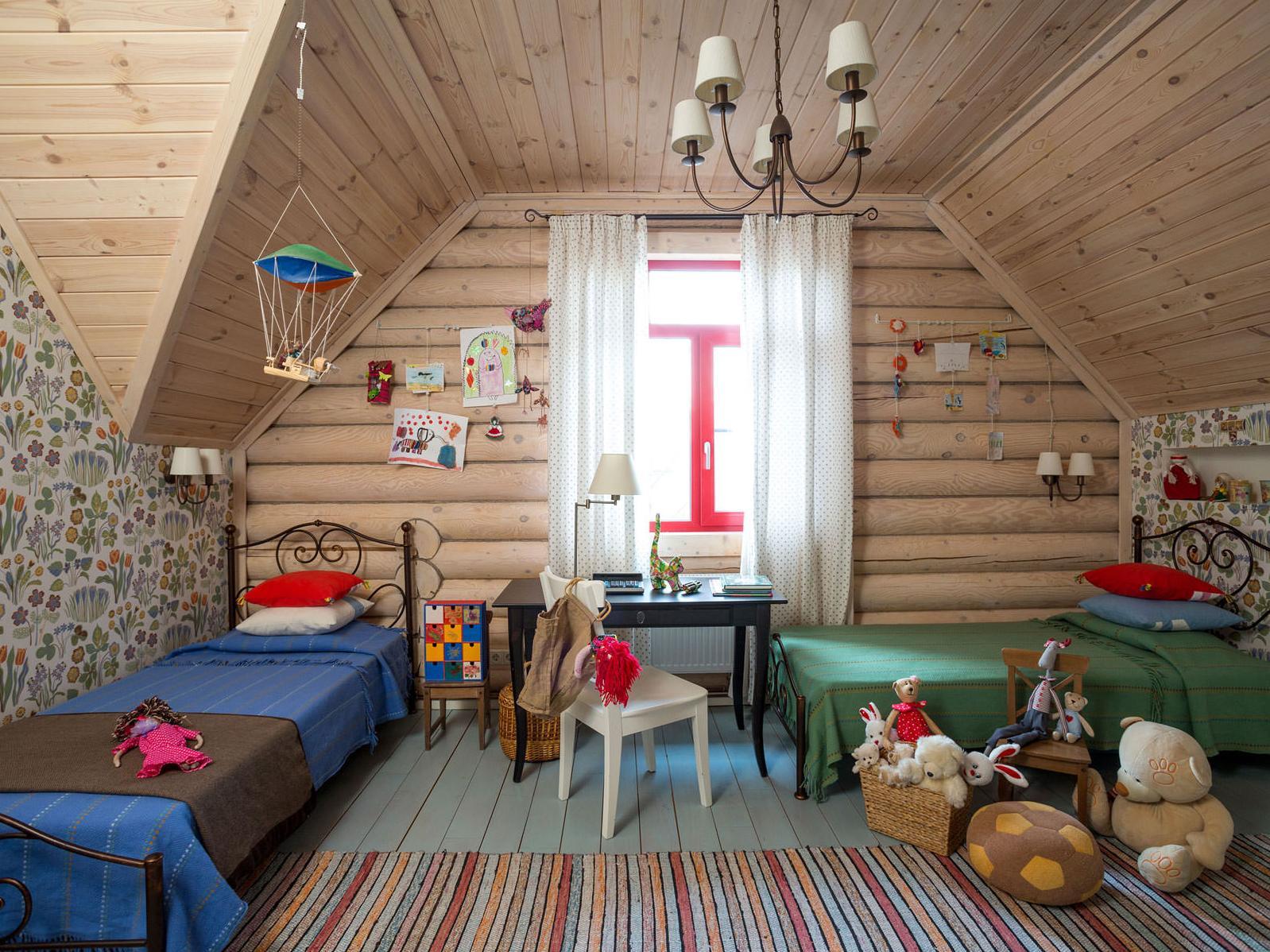 Деревянный потолок в комнате для двоих детей