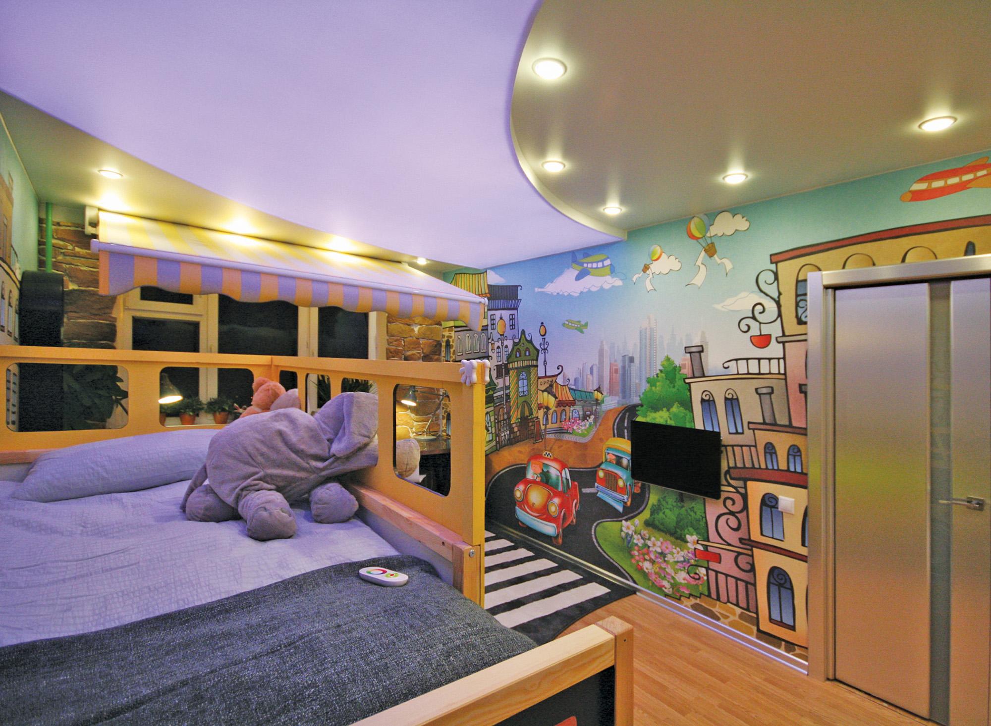 Фиолетово-белый потолок с подсветкой в детской комнате