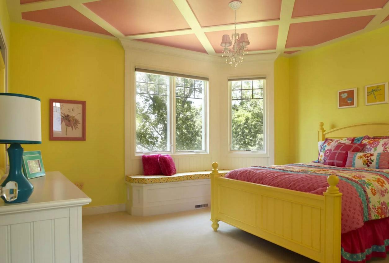 Желто-оранжевый потолок в детской