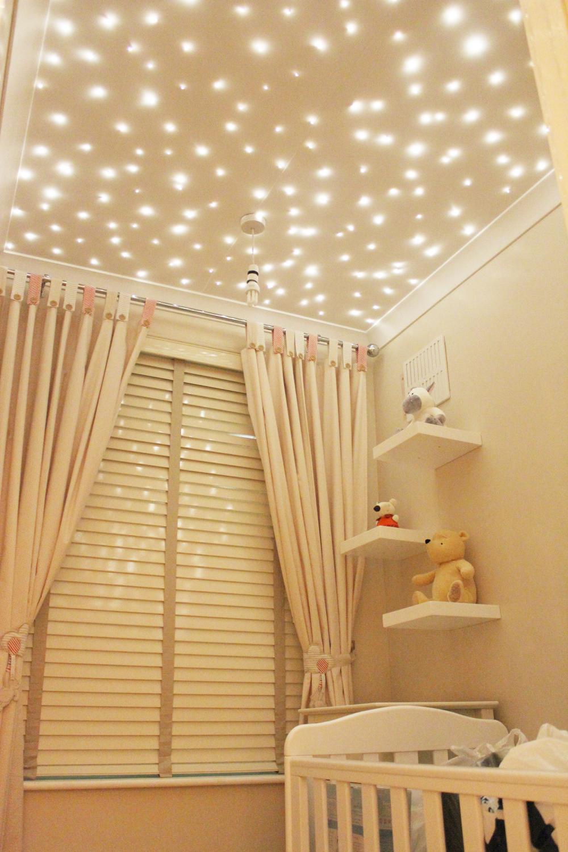 Звездное небо в светлой детской комнате