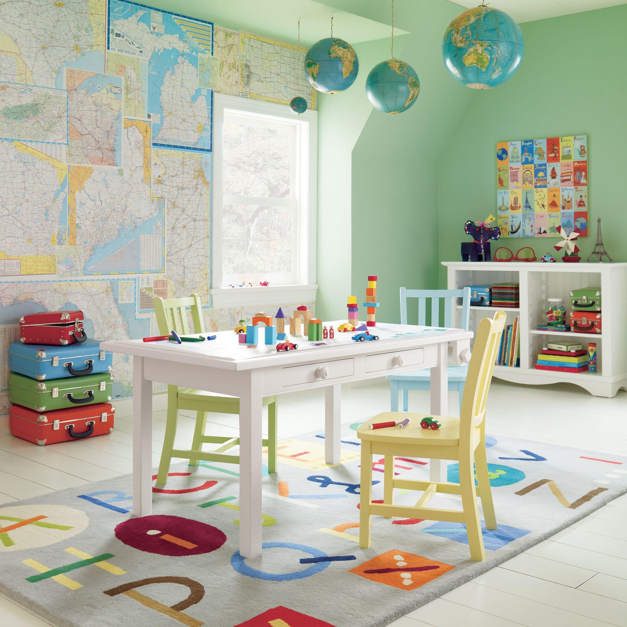 Крашеный бело-зеленый потолок в детской