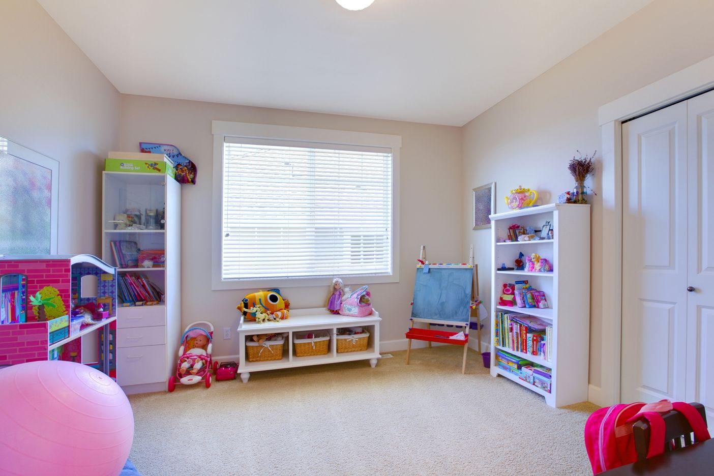 Простой белый потолок в детской комнате