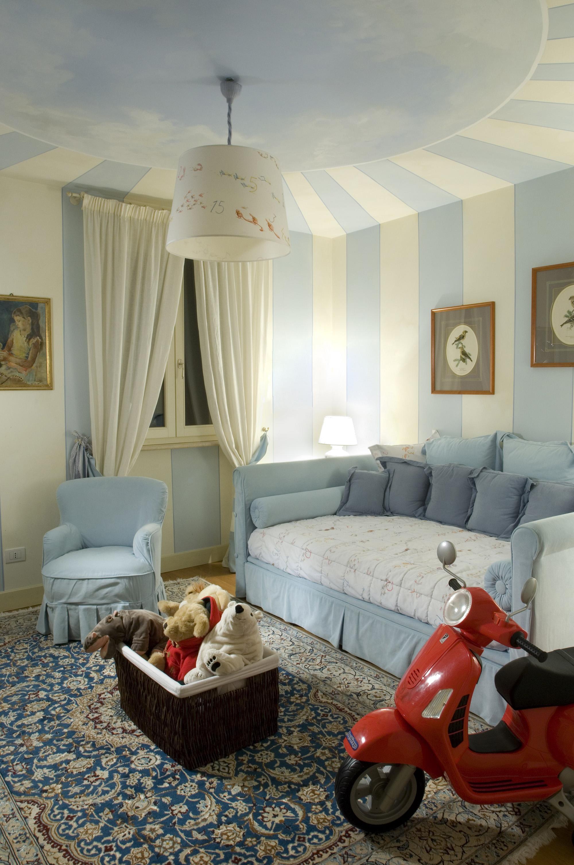 Бело-голубой потолок в детской