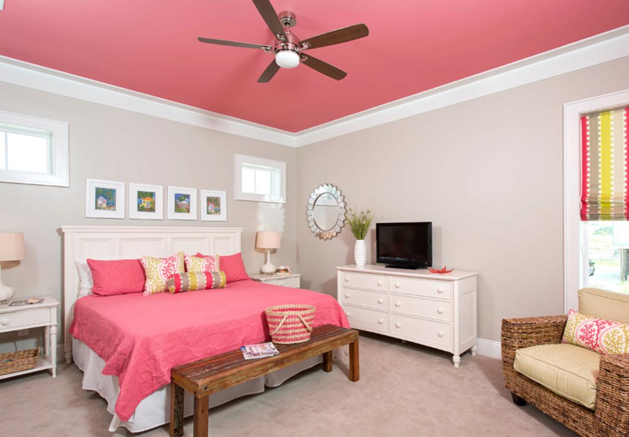 Ярко-розовый потолок в детской комнате