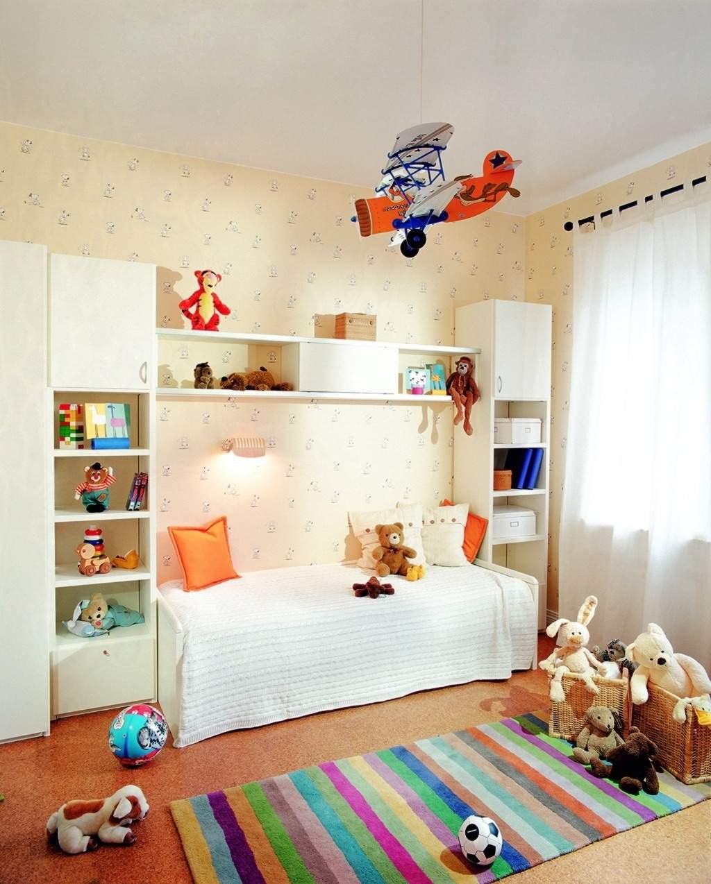 Белый потолок в небольшой детской