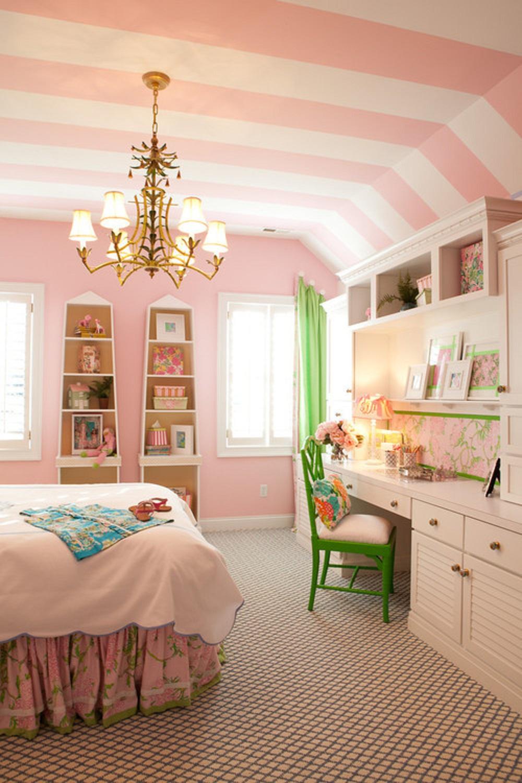 Полосатый бело-розовый потолок в детской