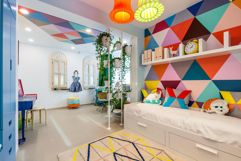 Яркий разноцветный потолок в дизайне детской