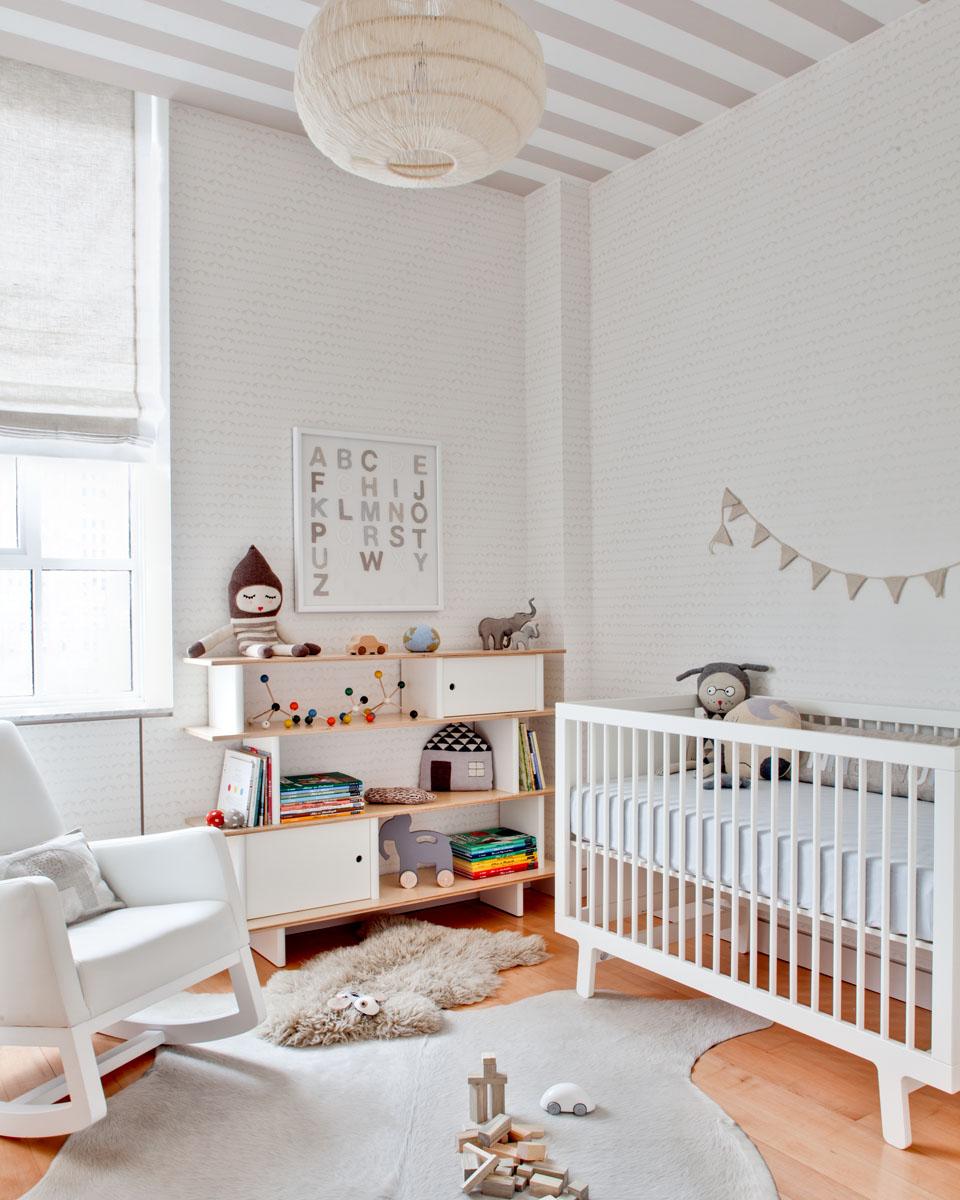 Полосатый бежево-белый потолок в детской