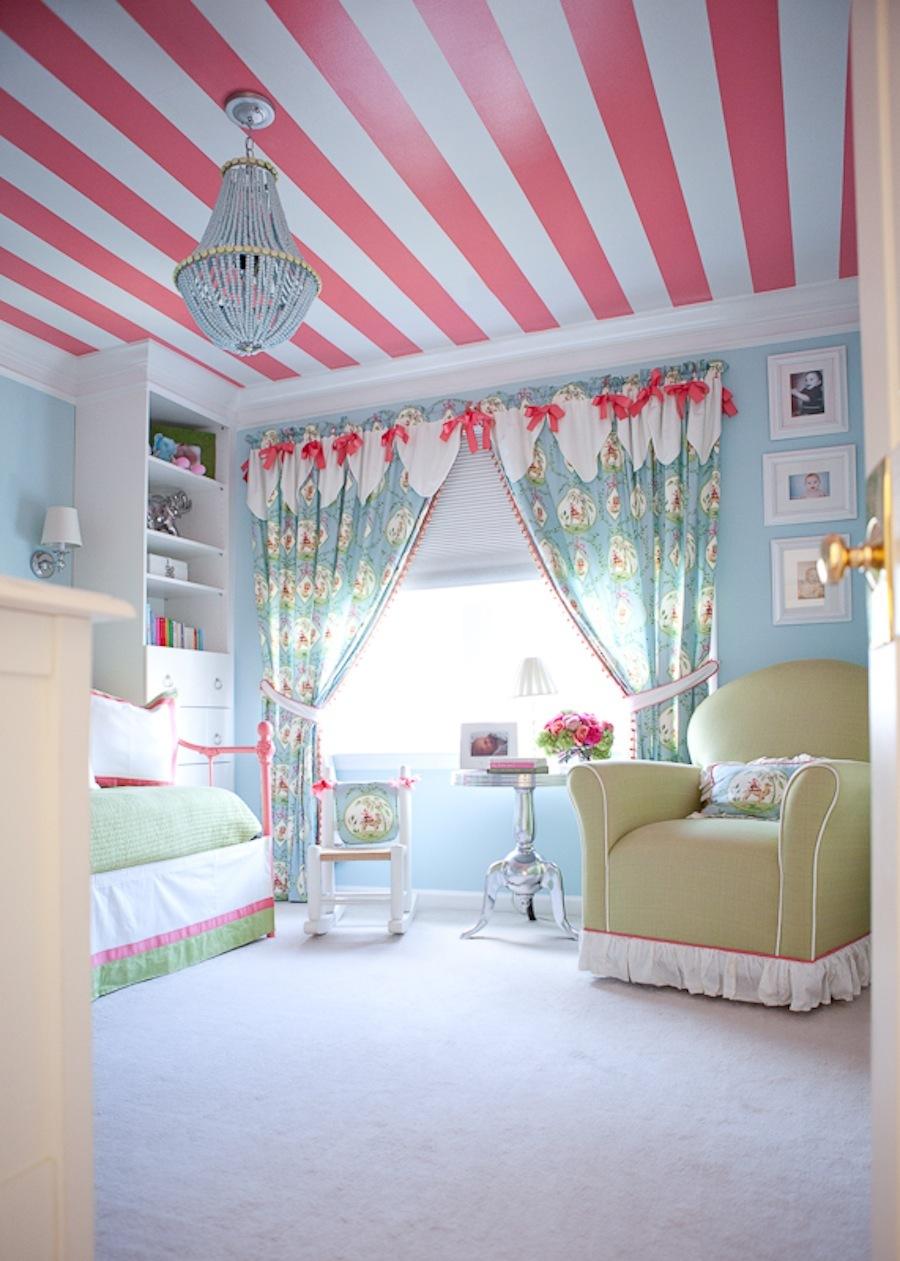 Полосатый кораллово-белый потолок в детской