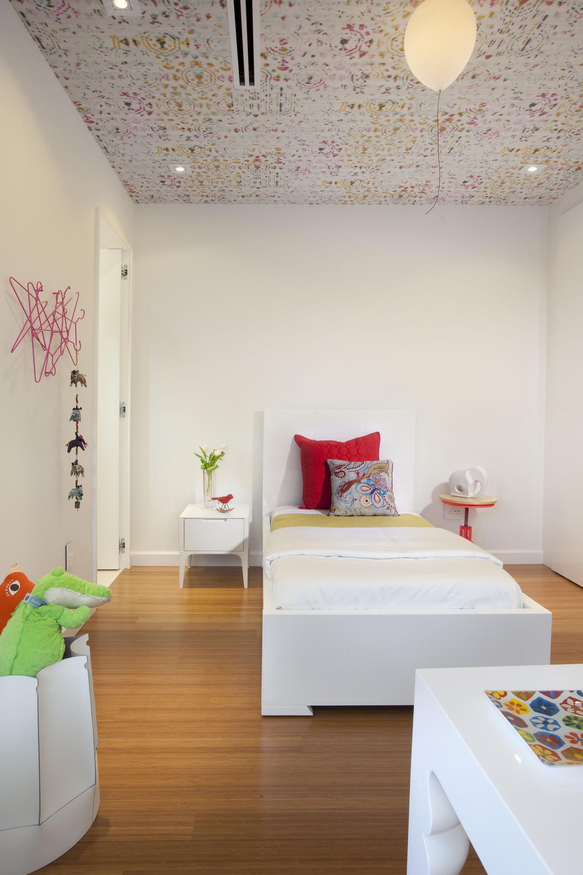 Потолок с мелким принтом в светлой детской
