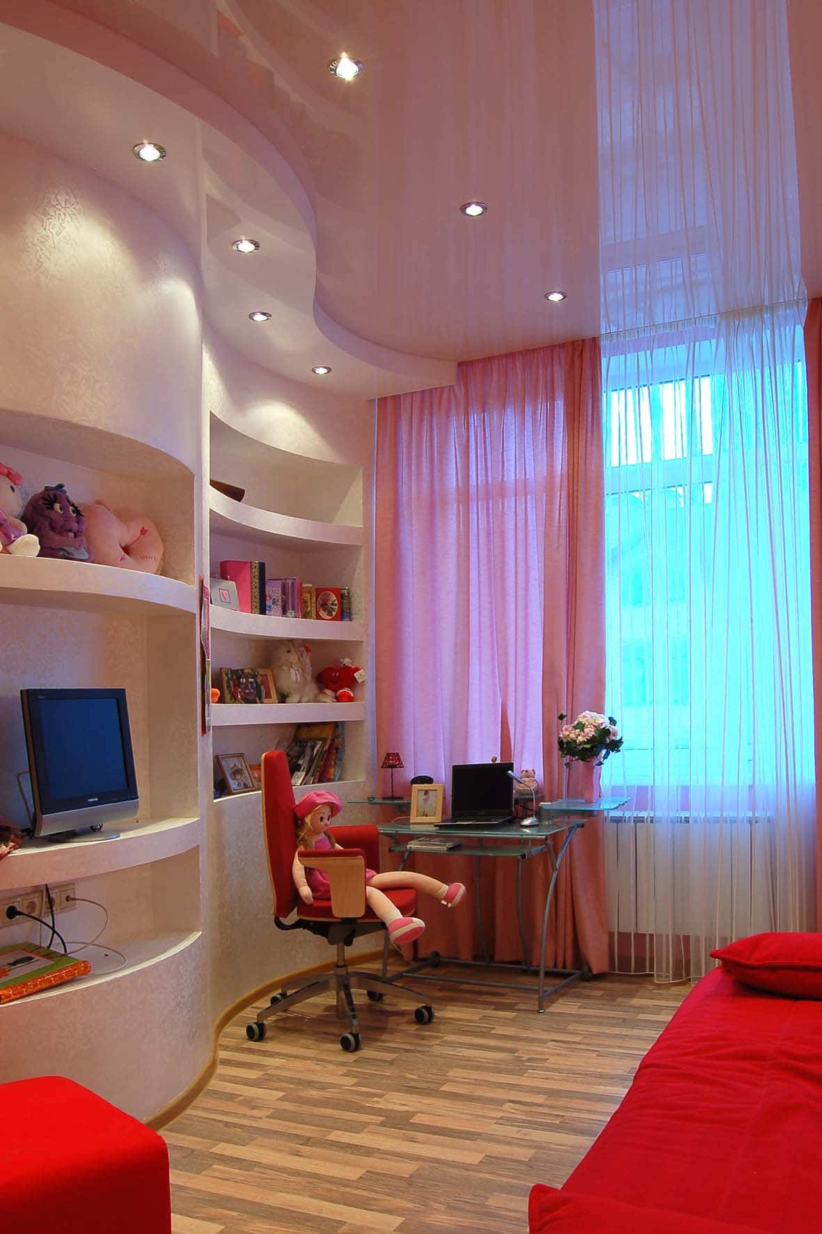 Двухуровневый бело-розовый потолок в комнате девочки