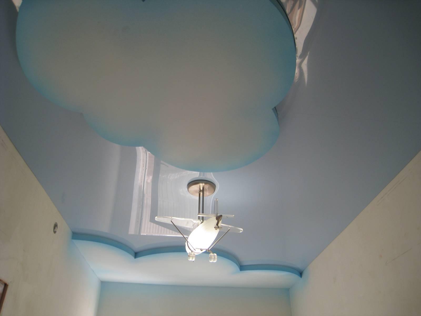 Двухуровневый матово-глянцевый потолок с облаками в детской