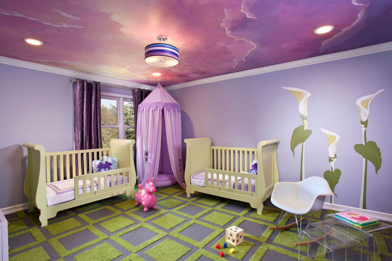 Красивый потолок в сиреневых тонах в детской