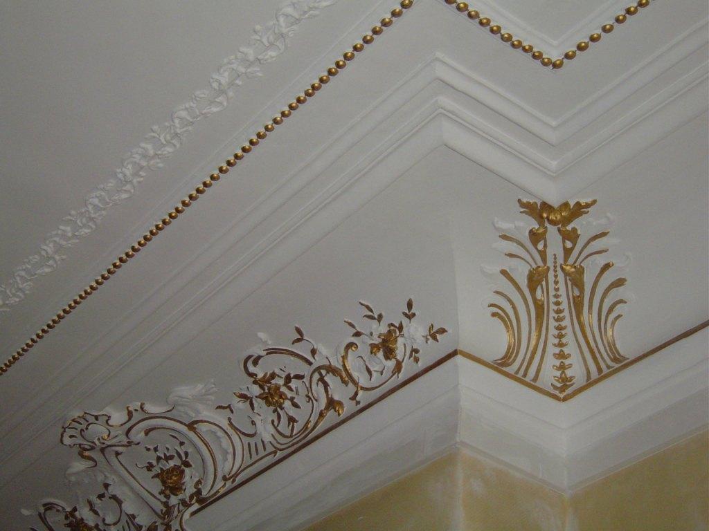Плинтус на потолок с позолотой