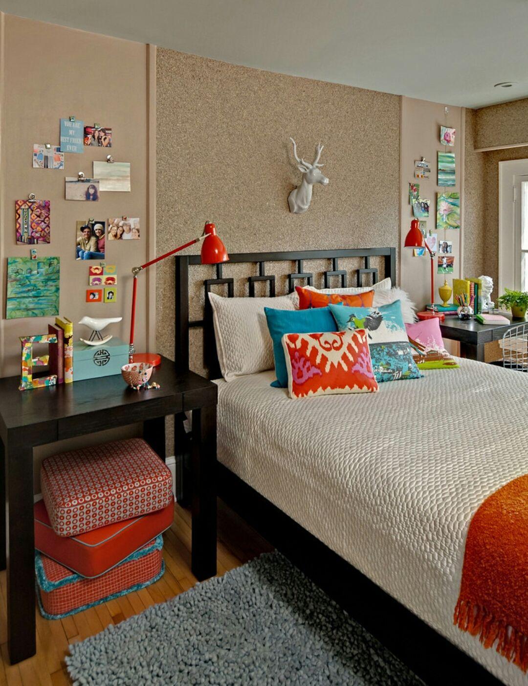 Пробковые обои в спальне с яркими элементами