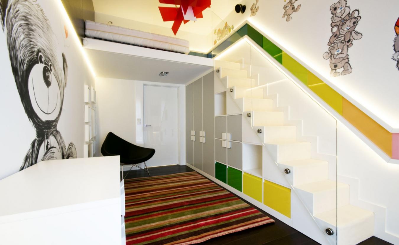 Полки и ящики для хранения под лестницей