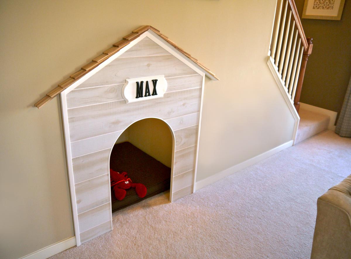 Будка для собаки под лестницей