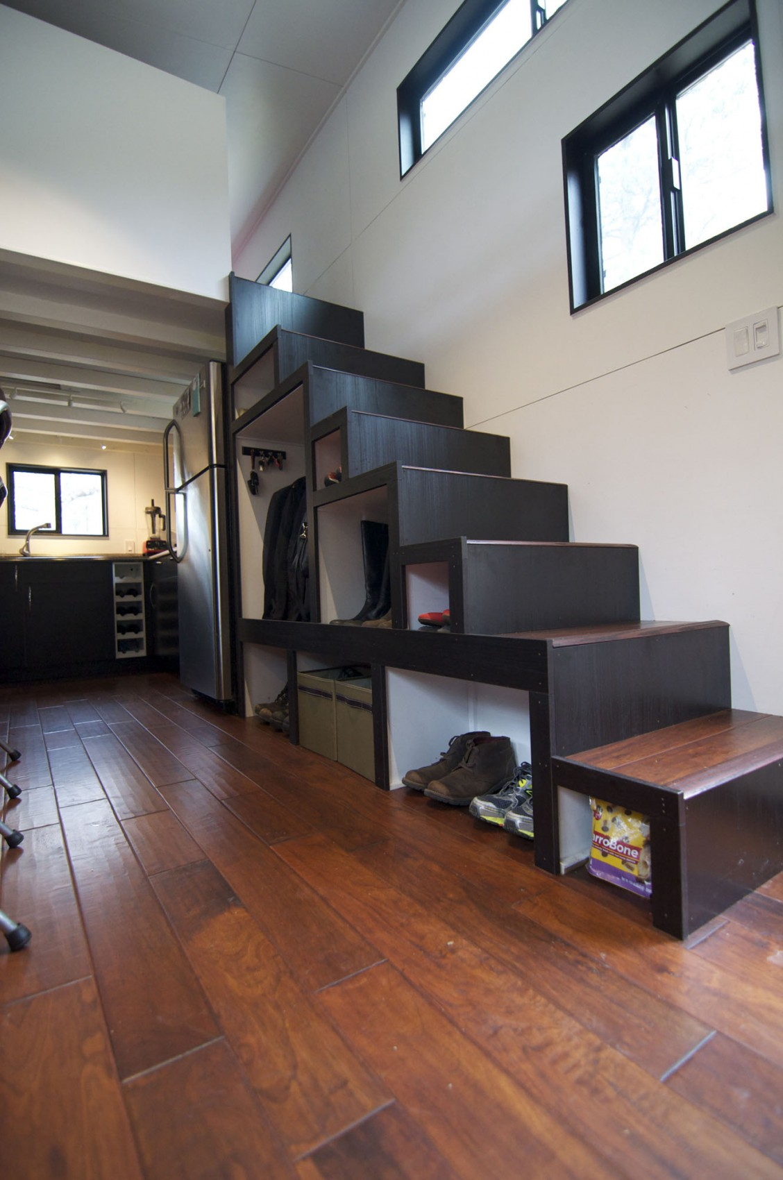 Полки для хранения под лестницей