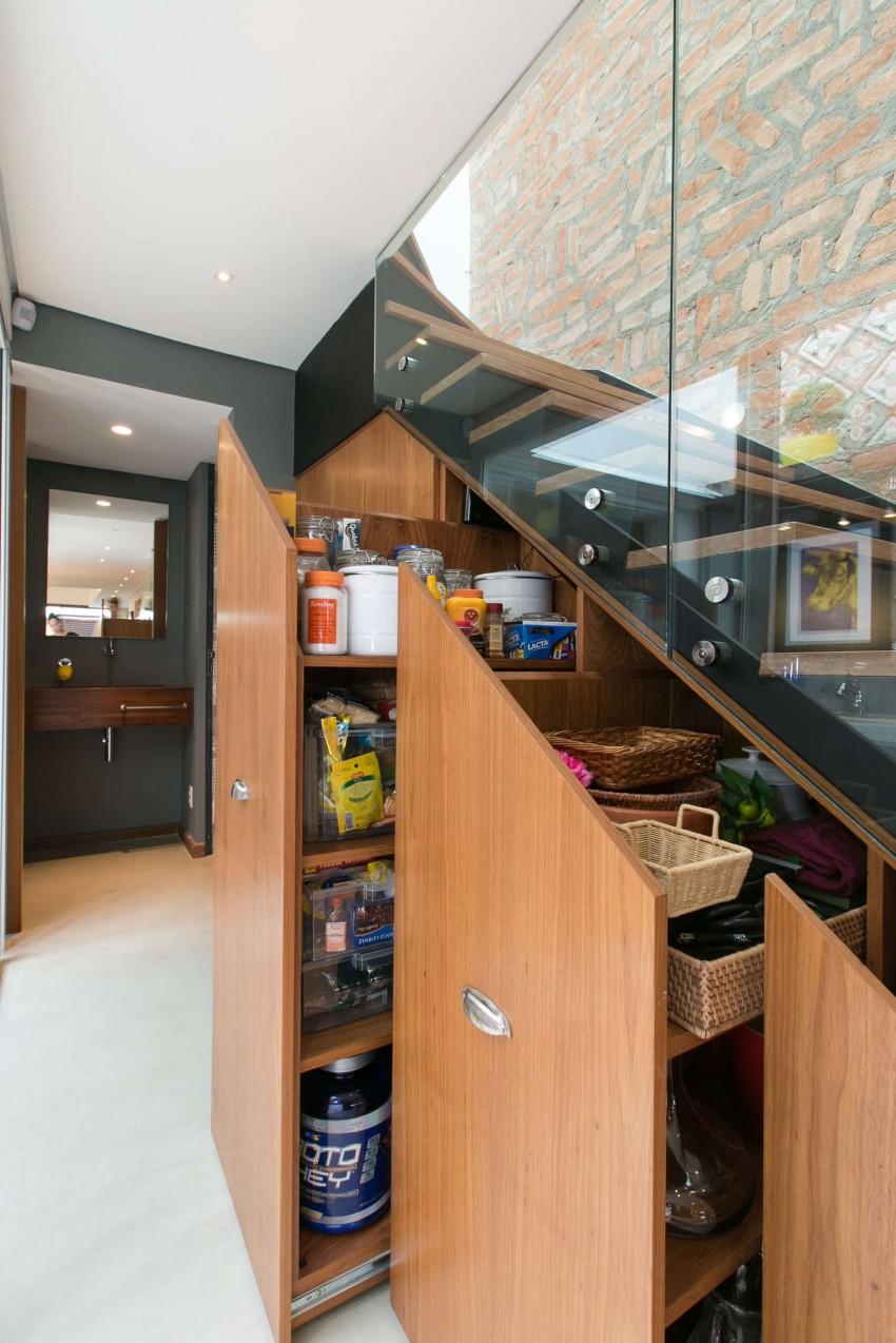 Выдвижные полки для хранения под лестницей