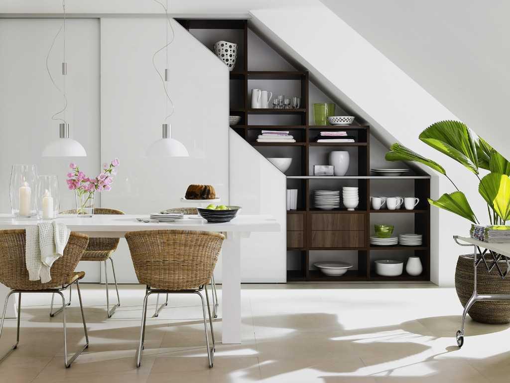 Хранение посуды на кухне под лестницей