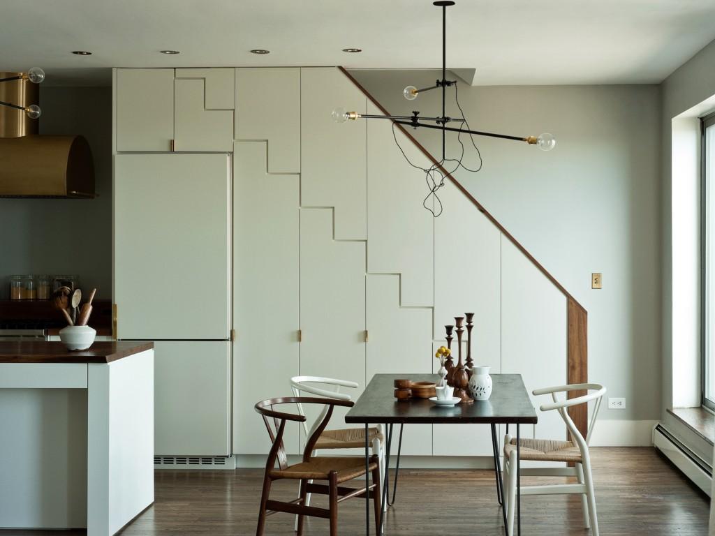 Холодильник и кухонный шкаф под лестницей