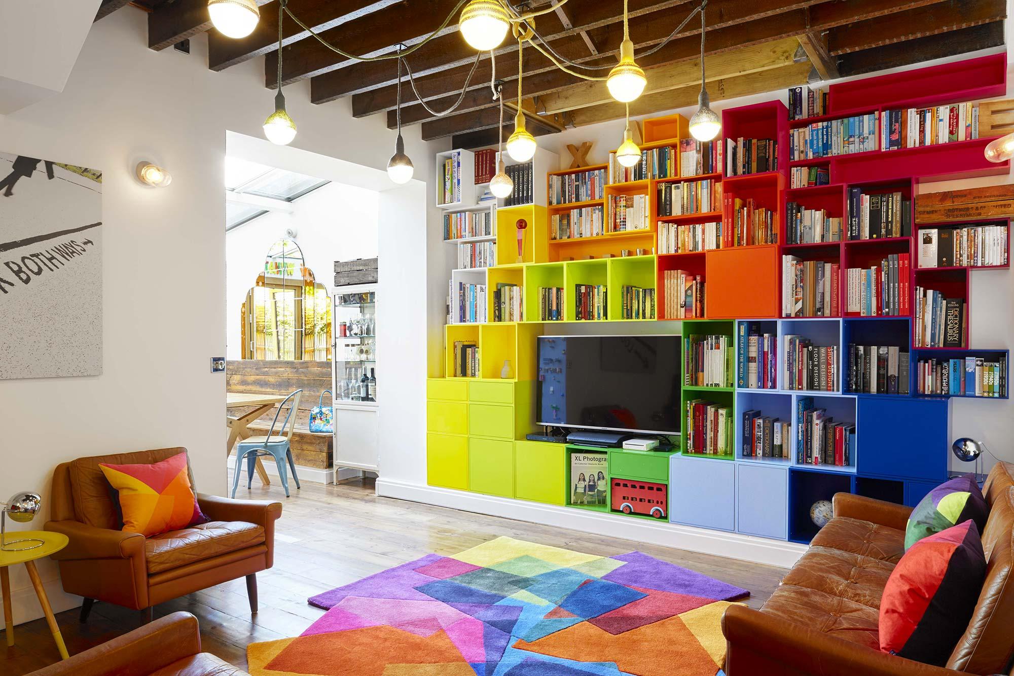 Стеллаж в гостиной разноцветный