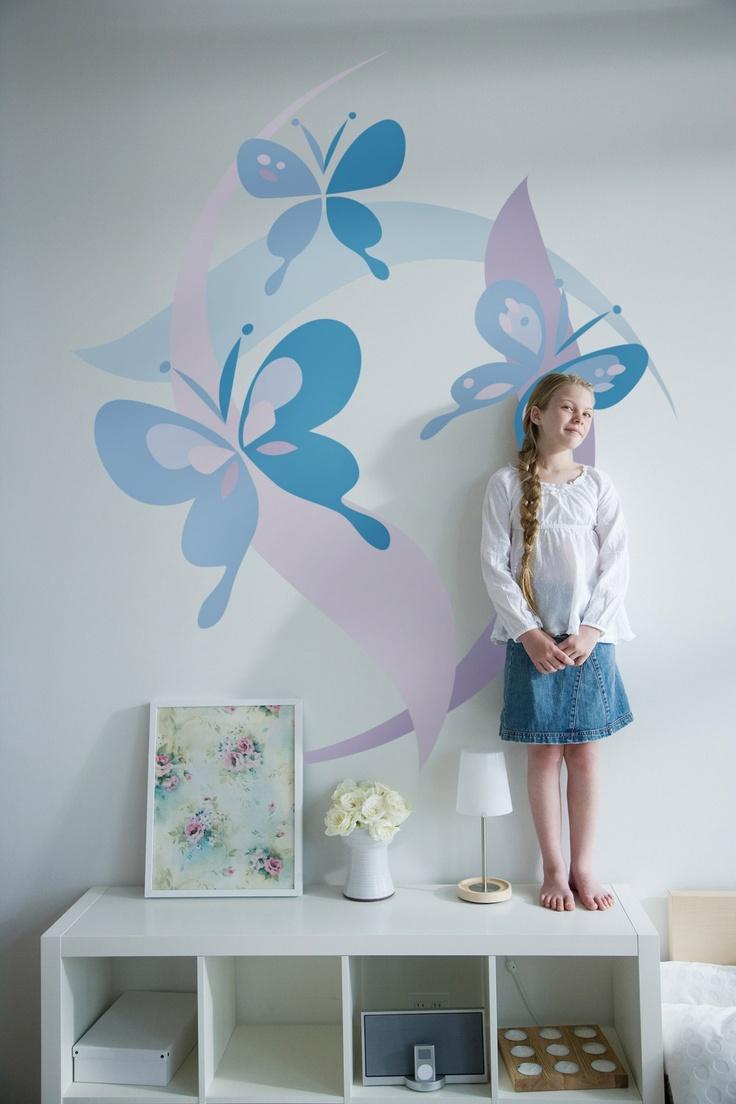 Рисунок бабочек на стене в интерьере
