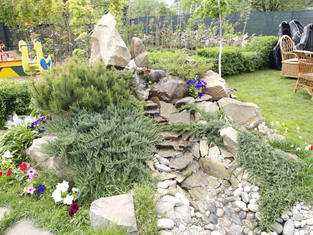 Альпийская горка с водопадом в саду