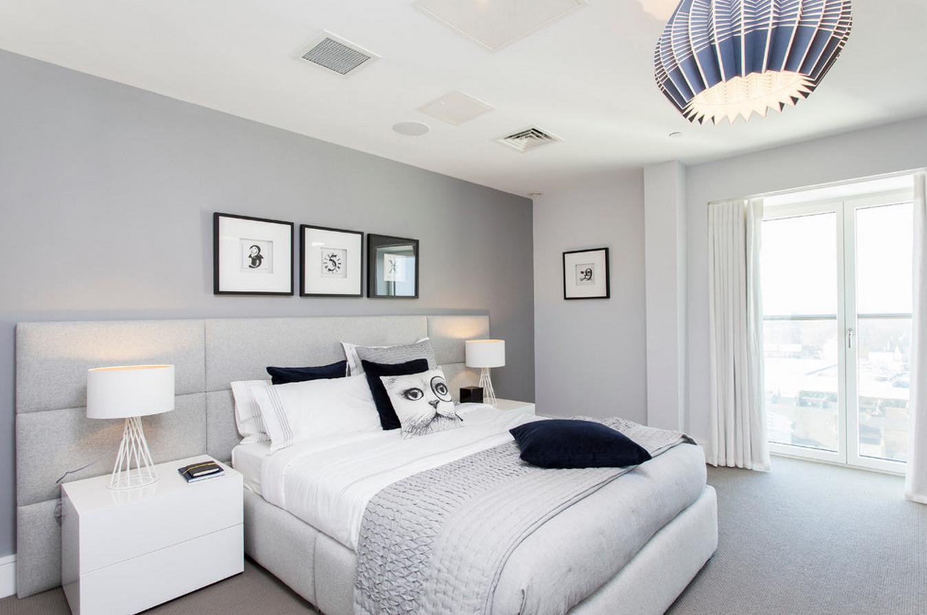 Украшения в интерьере бело-серой спальни