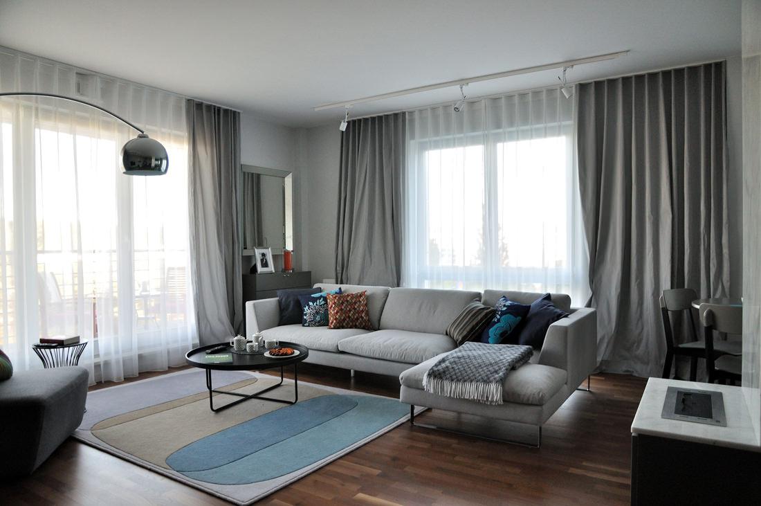 Серая мебель и шторы в гостиной