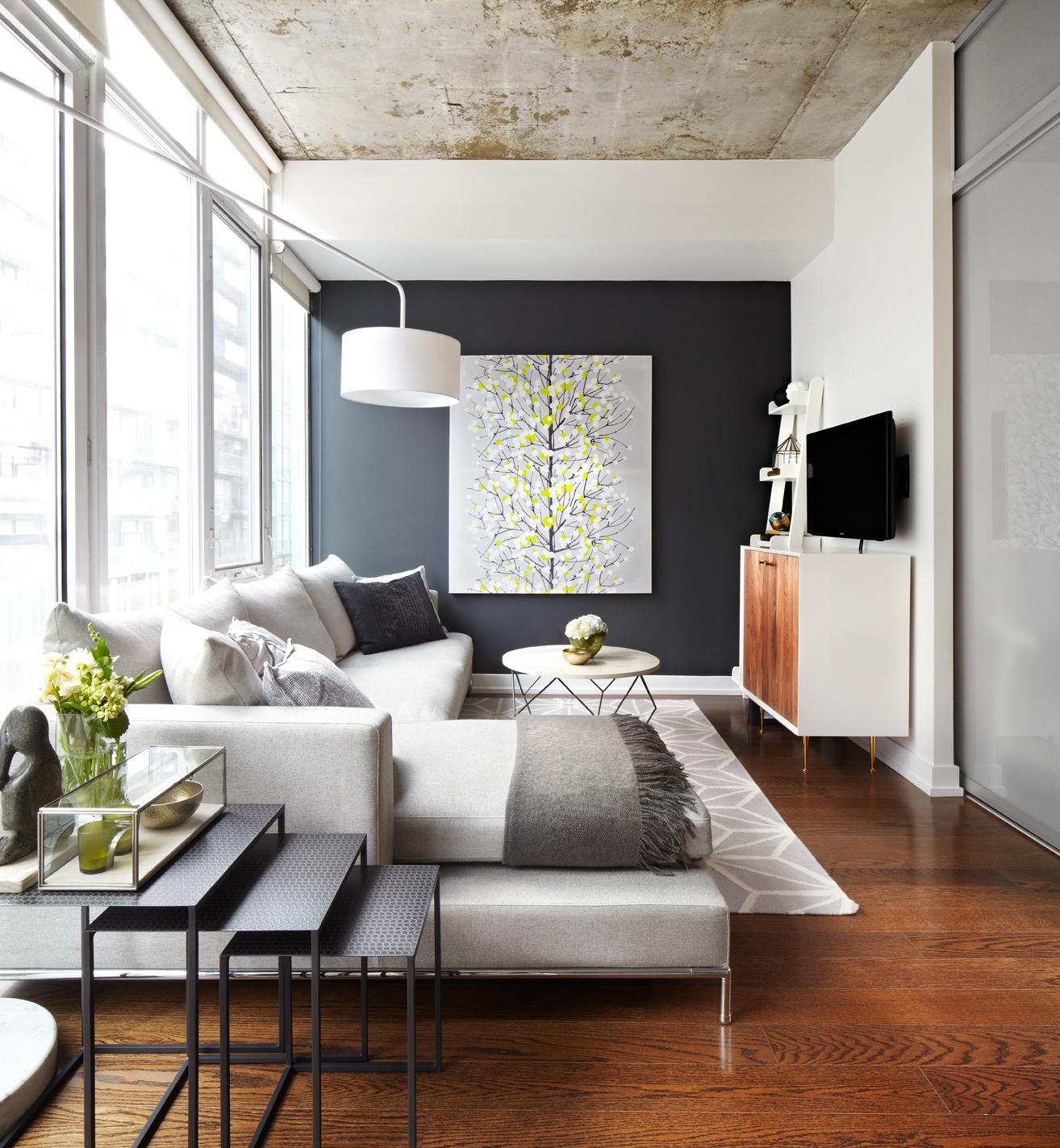 Деревянный пол и серый диван в интерьере