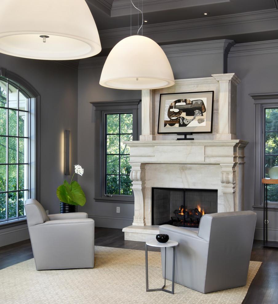 Серая отделка и мебель в гостиной с камином