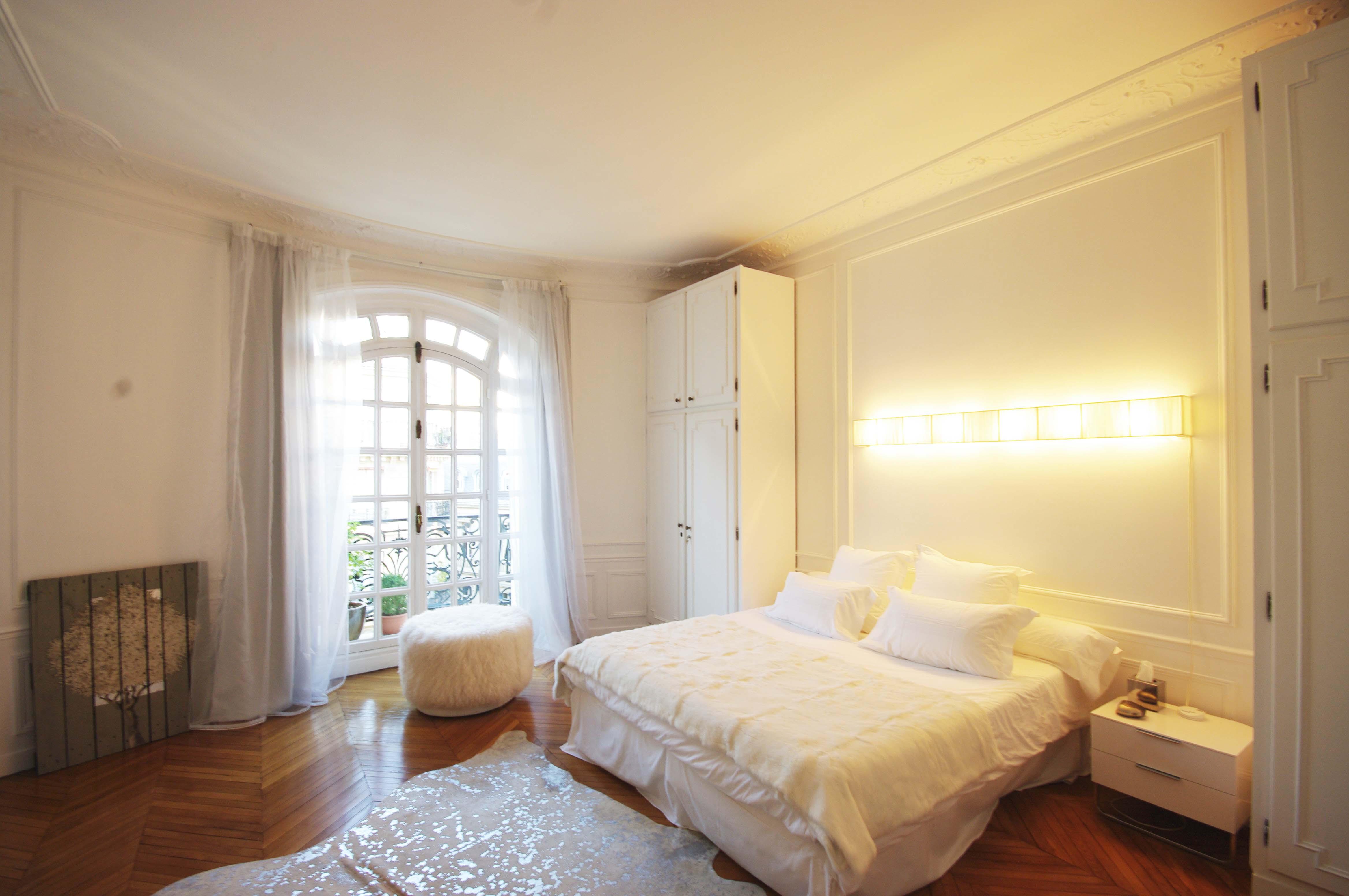 Плинтус на потолок в спальню