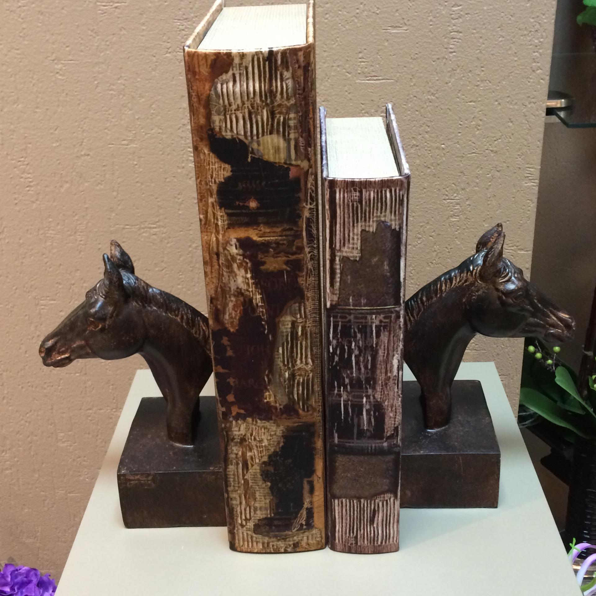 Статуэтки лошади как подставки для книг