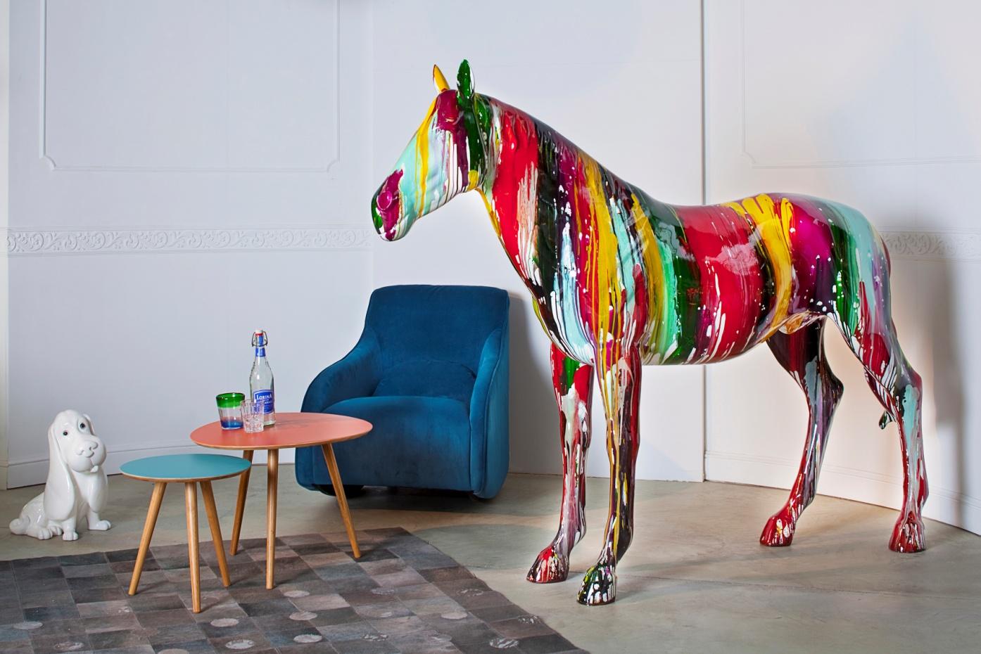 Разноцветная статуя - лошадь в интерьере