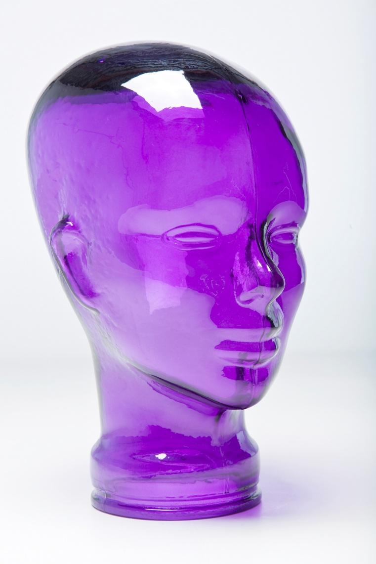 Фиолетовая статуэтка голова