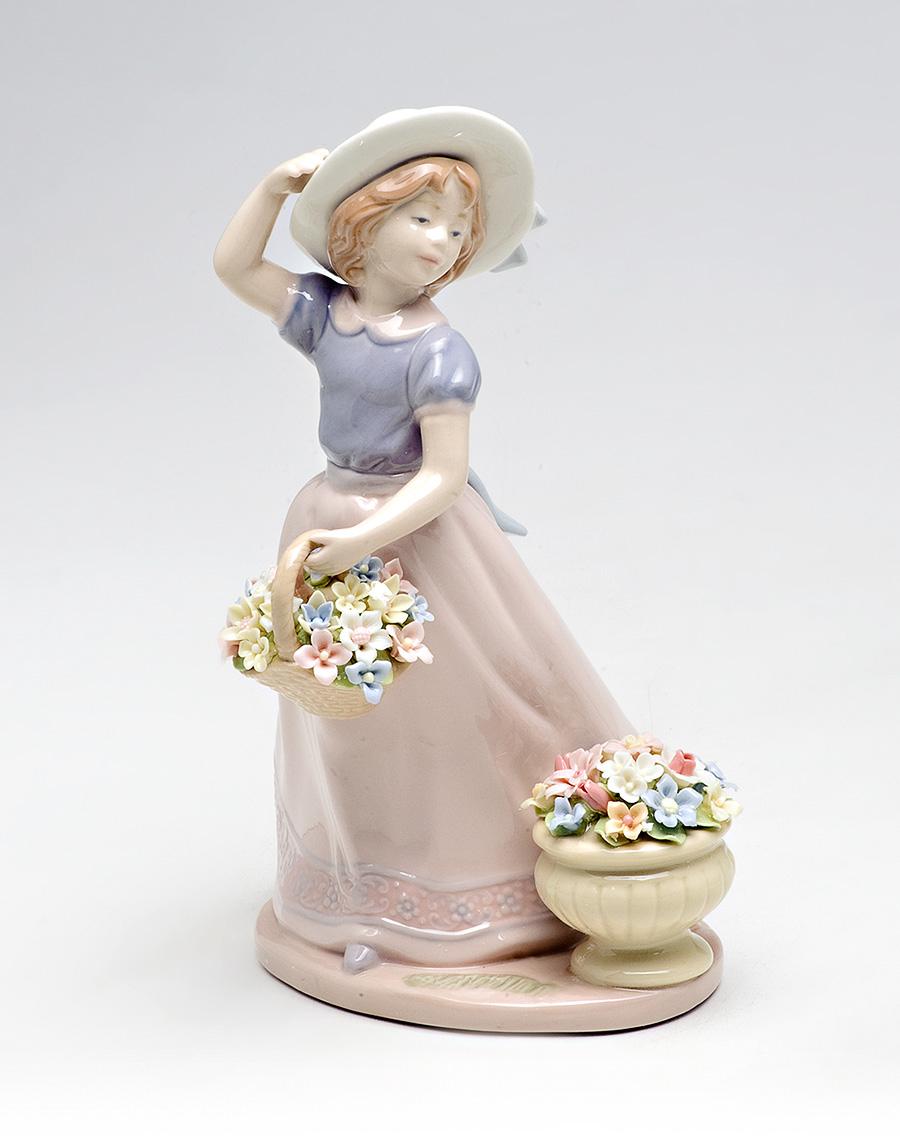 Статуэтка девочка с цветами для украшения интерьера