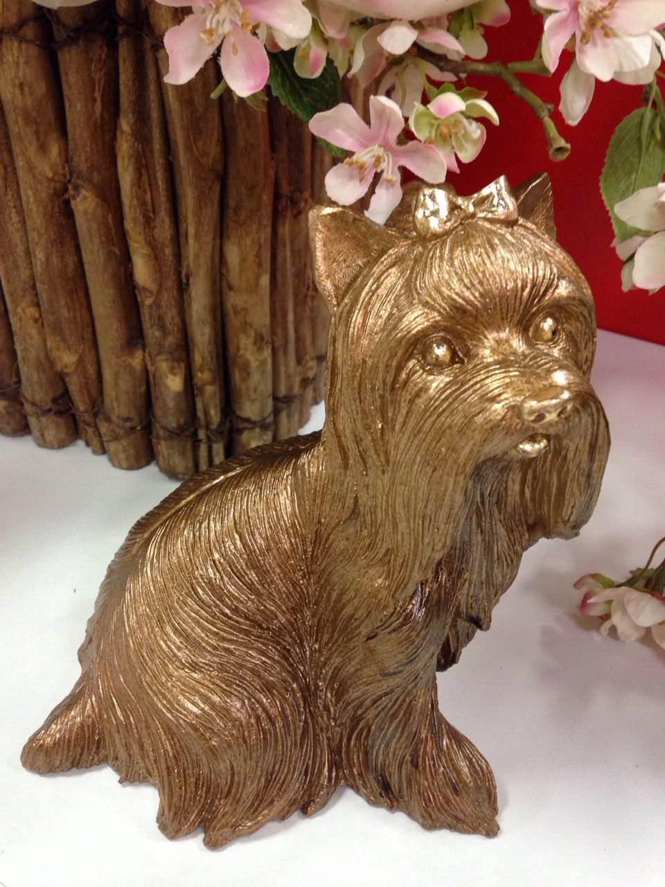 Небольшая статуэтка собака