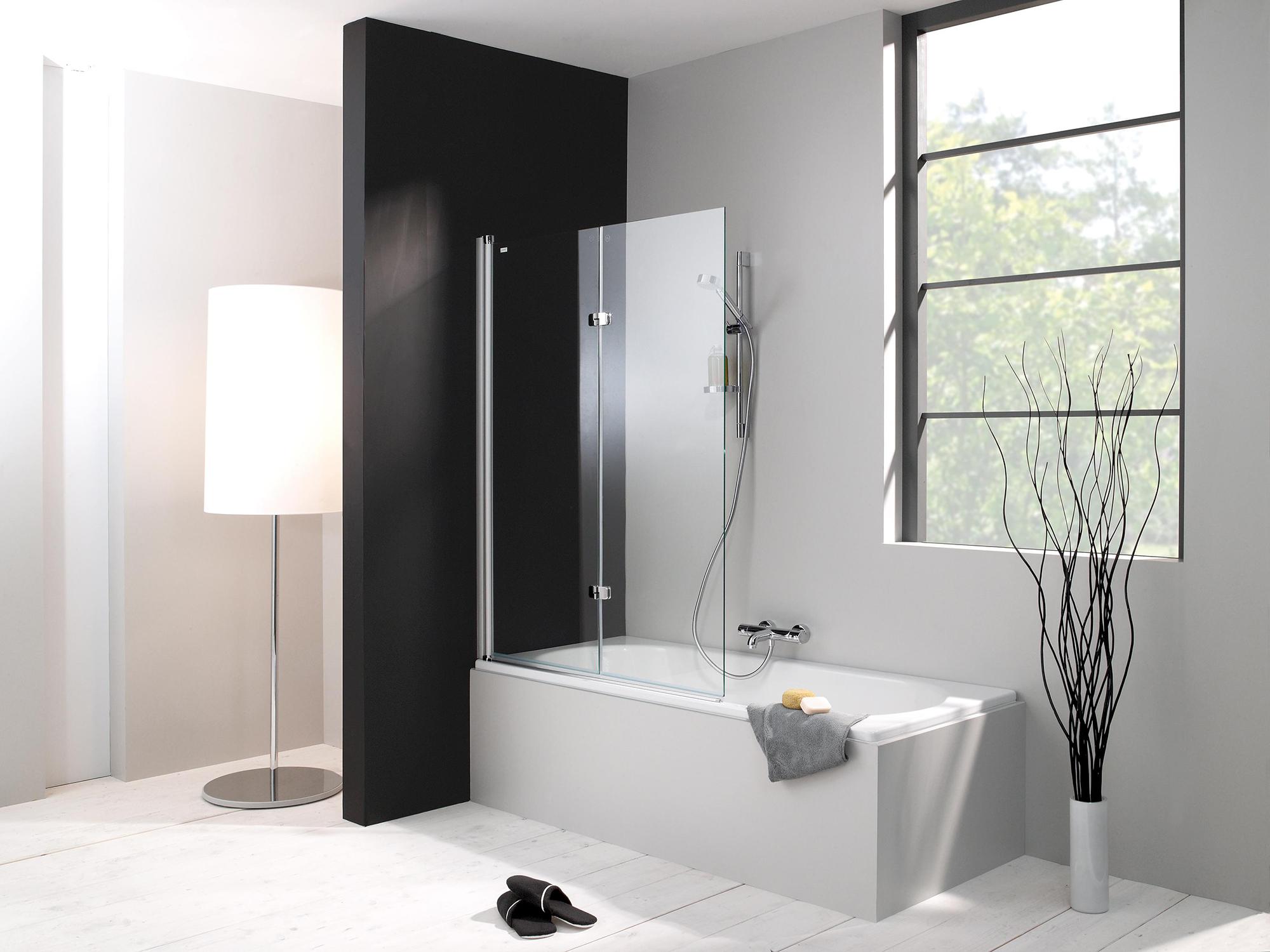Стеклянная шторка в черно-белой ванной