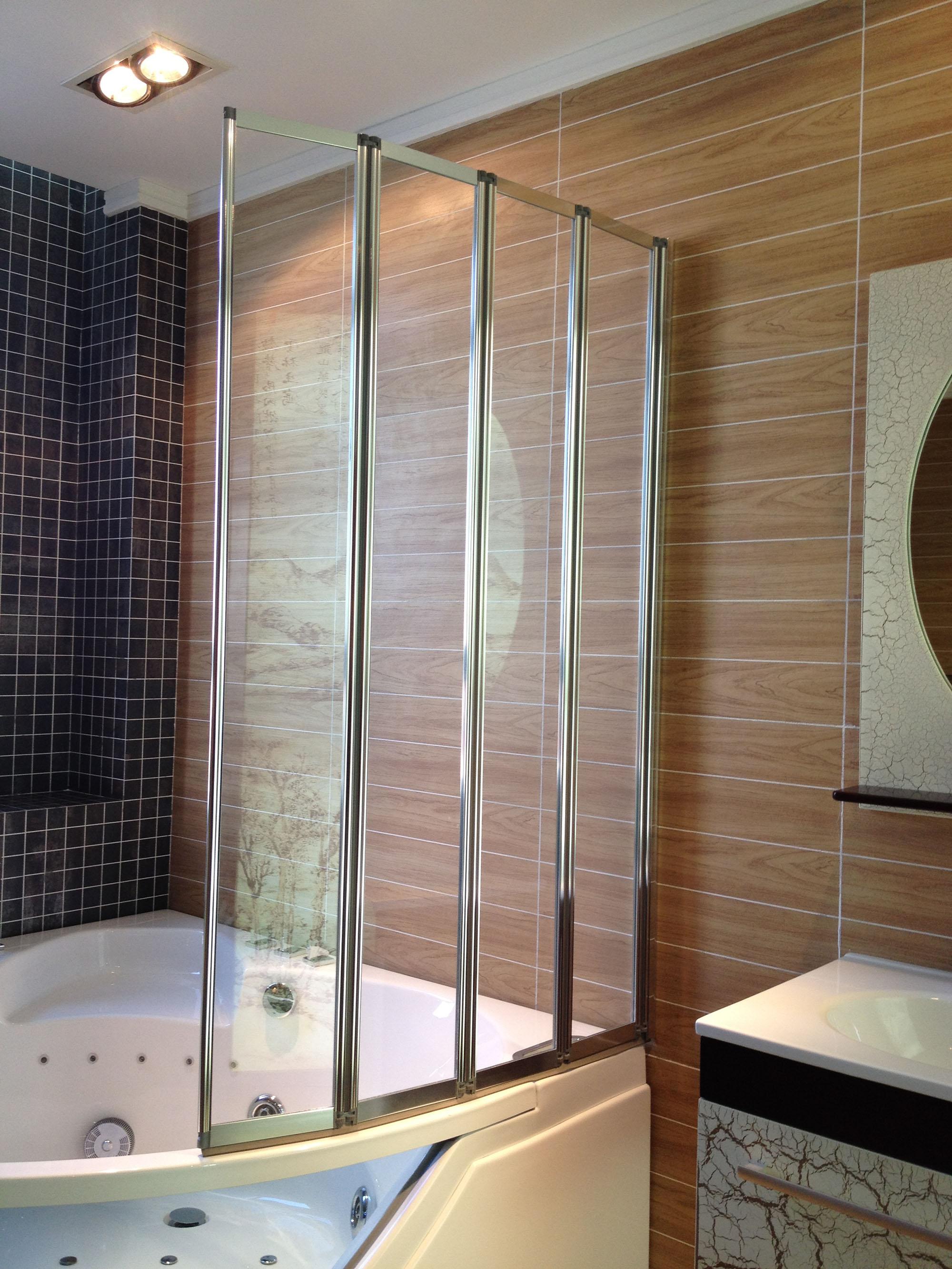 Угловая ванная со складной стеклянной шторкой