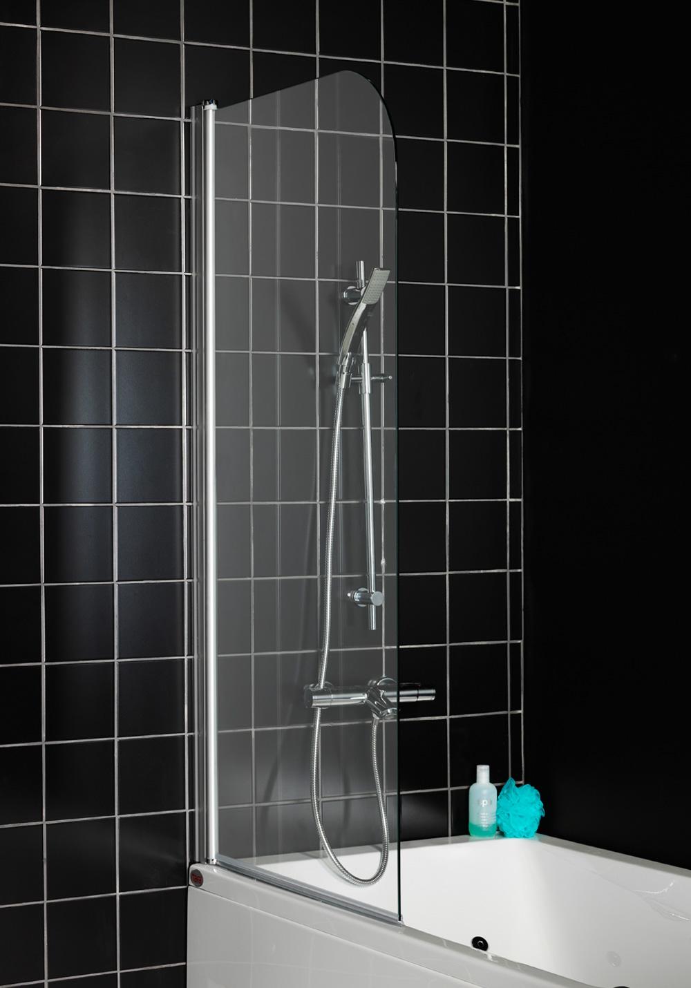Стеклянная шторка в ванной с черными стенами