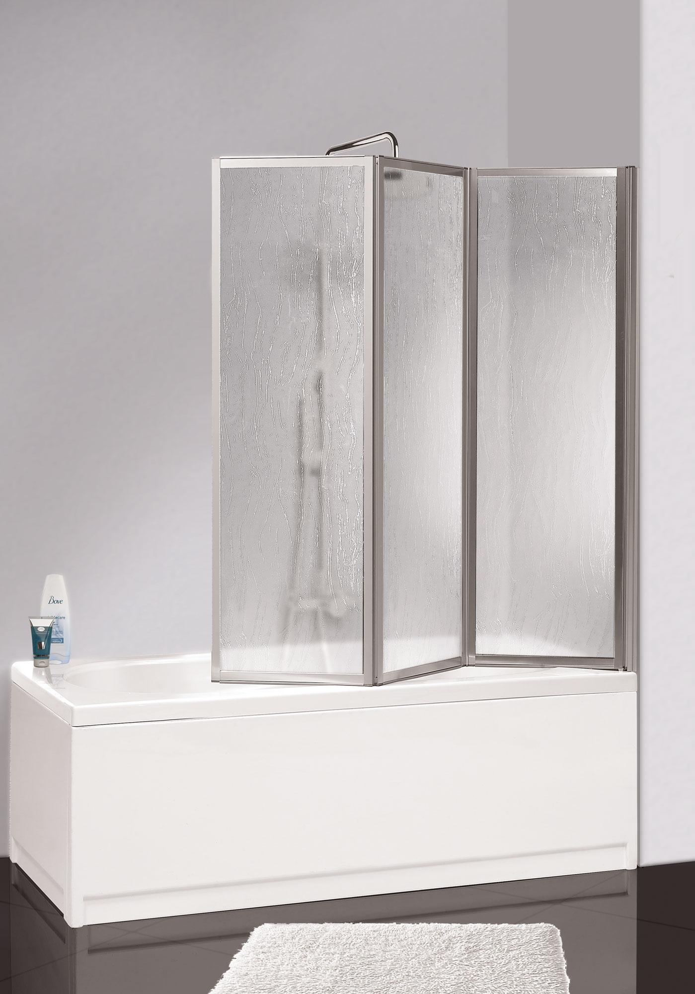 Стеклянная шторка в черно-белой ванной комнате