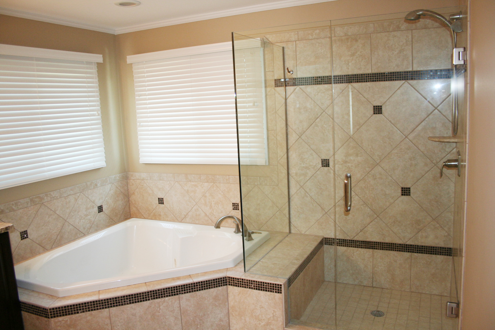 Стеклянная конструкция в ванной комнате