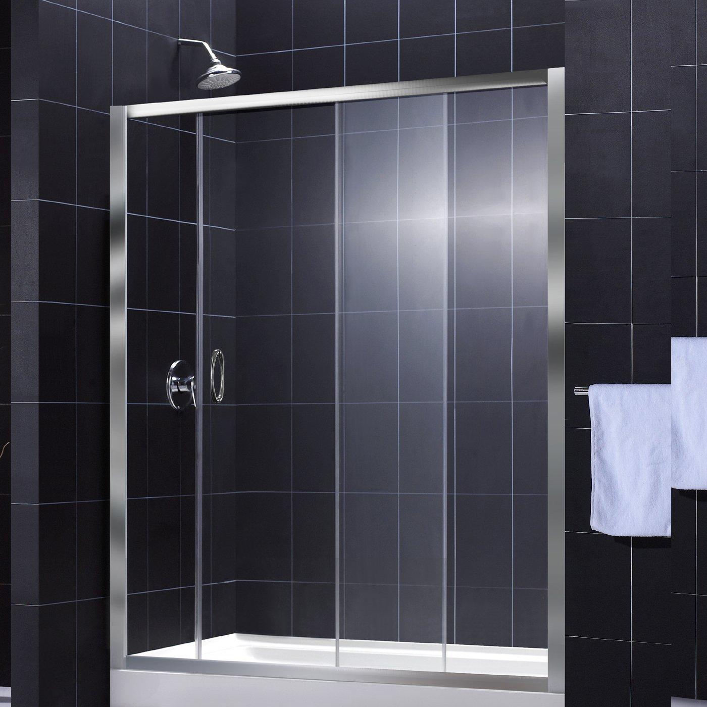 Раздвижная стеклянная шторка в черно-белой ванной
