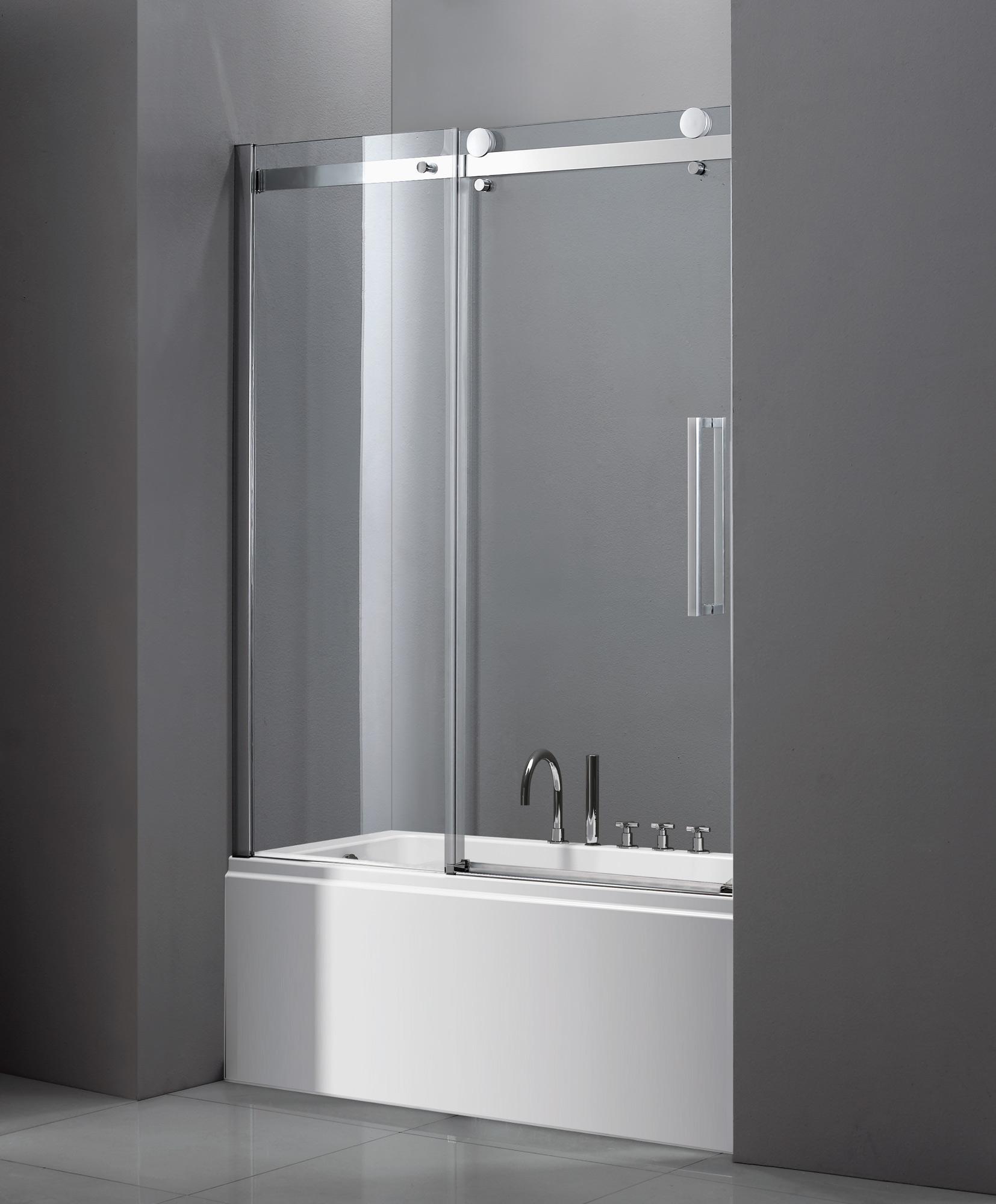 Раздвижная стеклянная шторка в ванной в серых тонах
