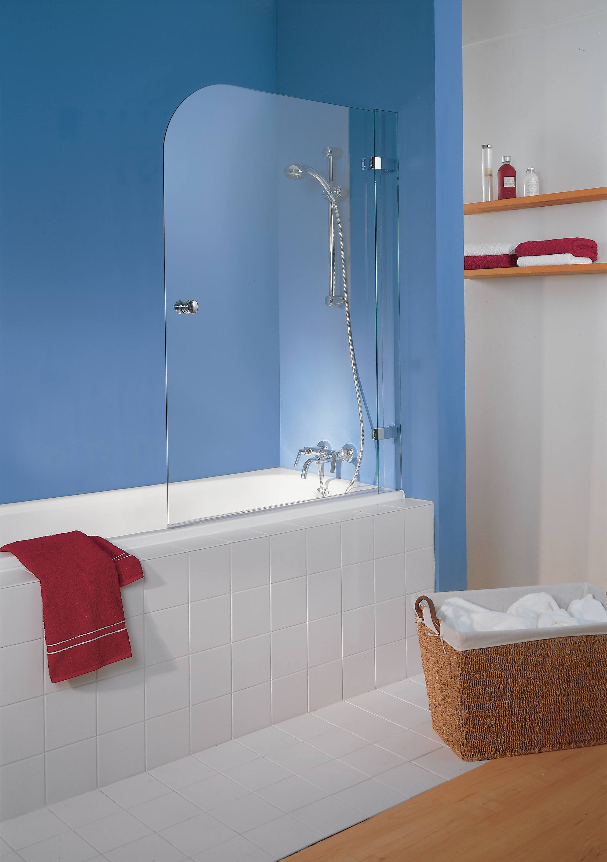 Стеклянная шторка в бело-голубой ванной