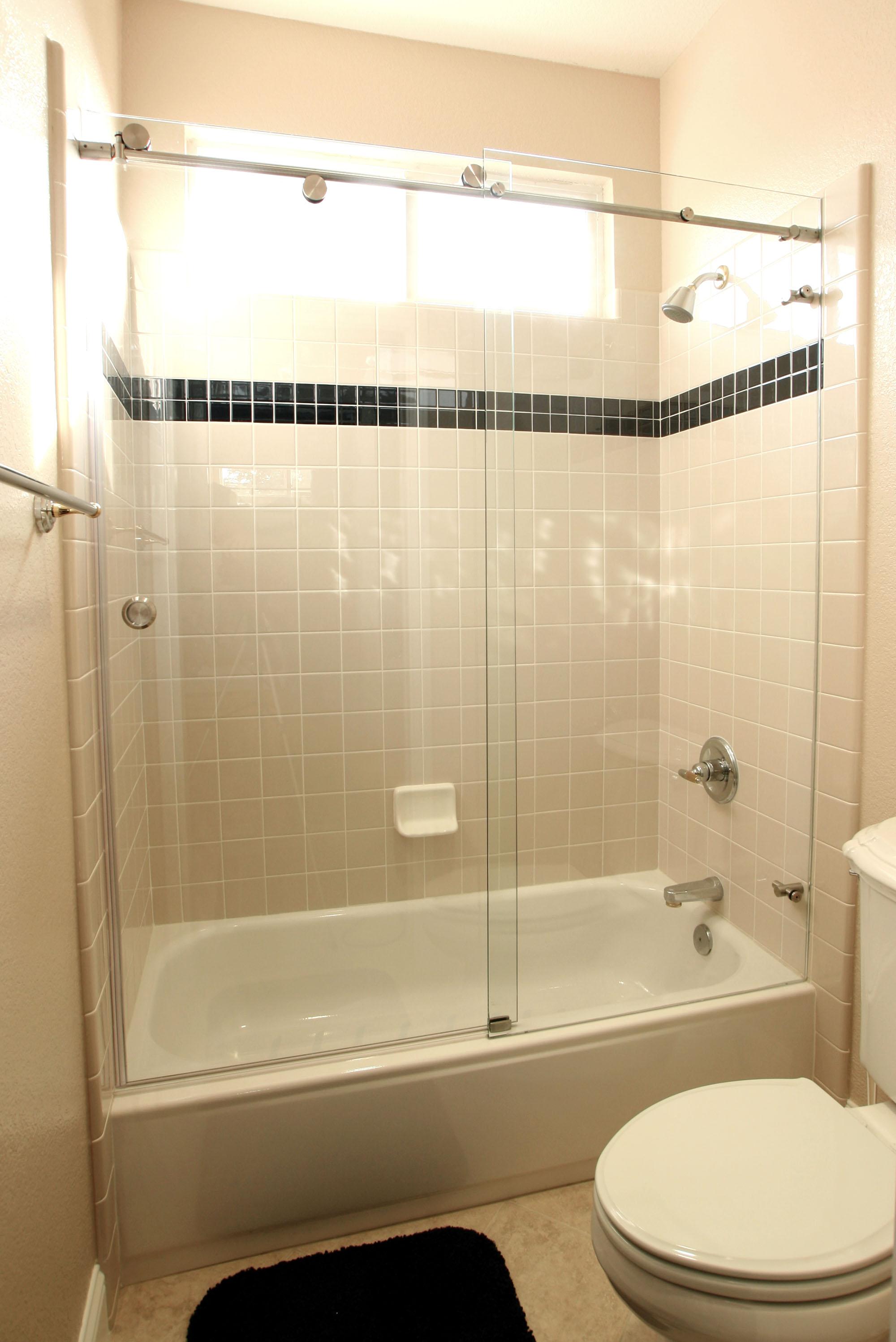 Раздвижная стеклянная шторка в маленькой ванной