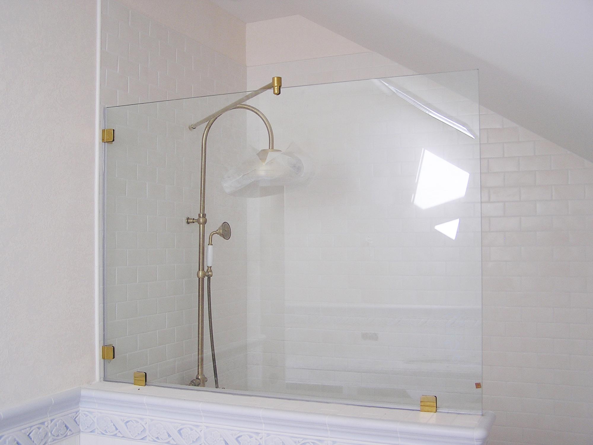 Стеклянная шторка в мансардной ванной