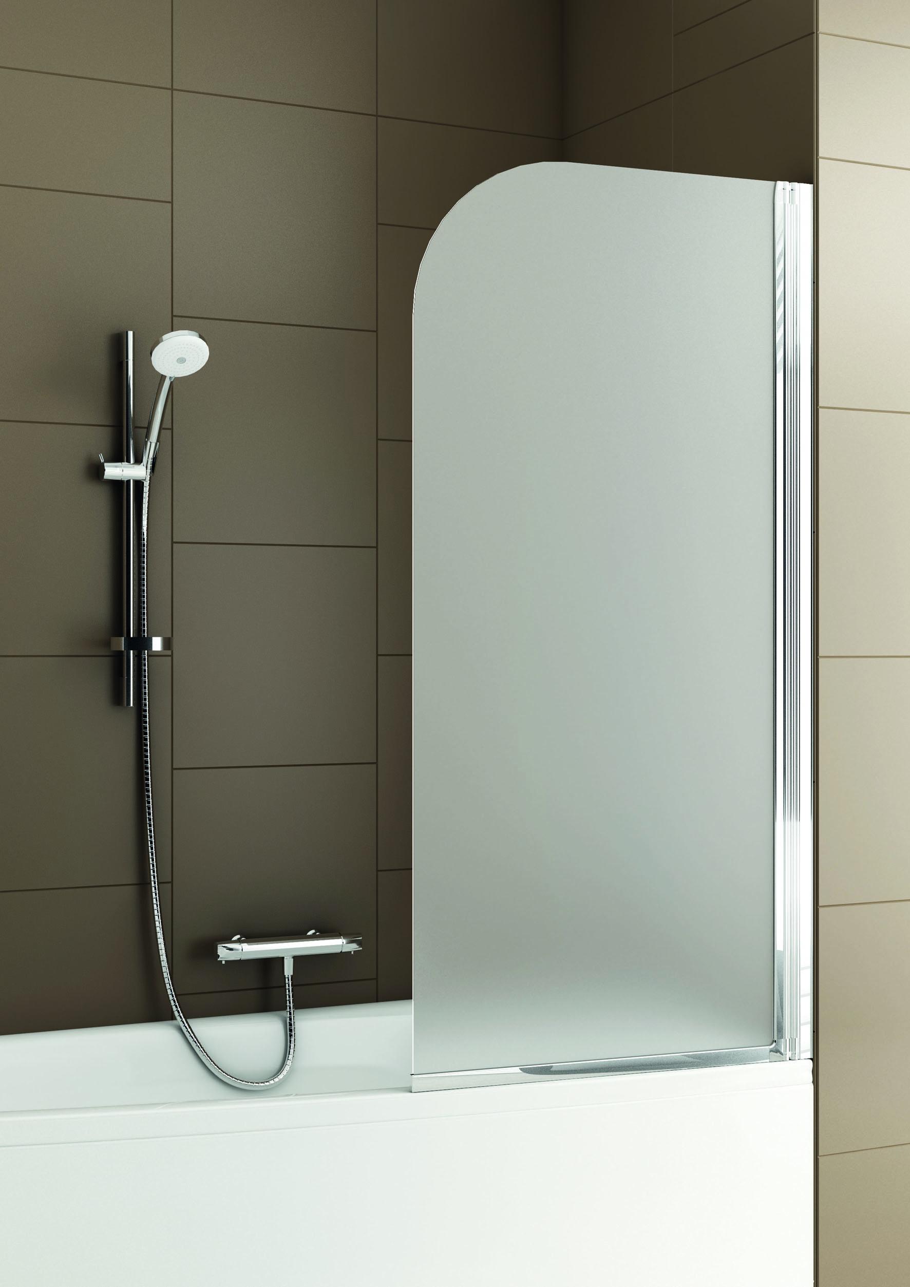 Стеклянная шторка в ванной с коричневой плиткой