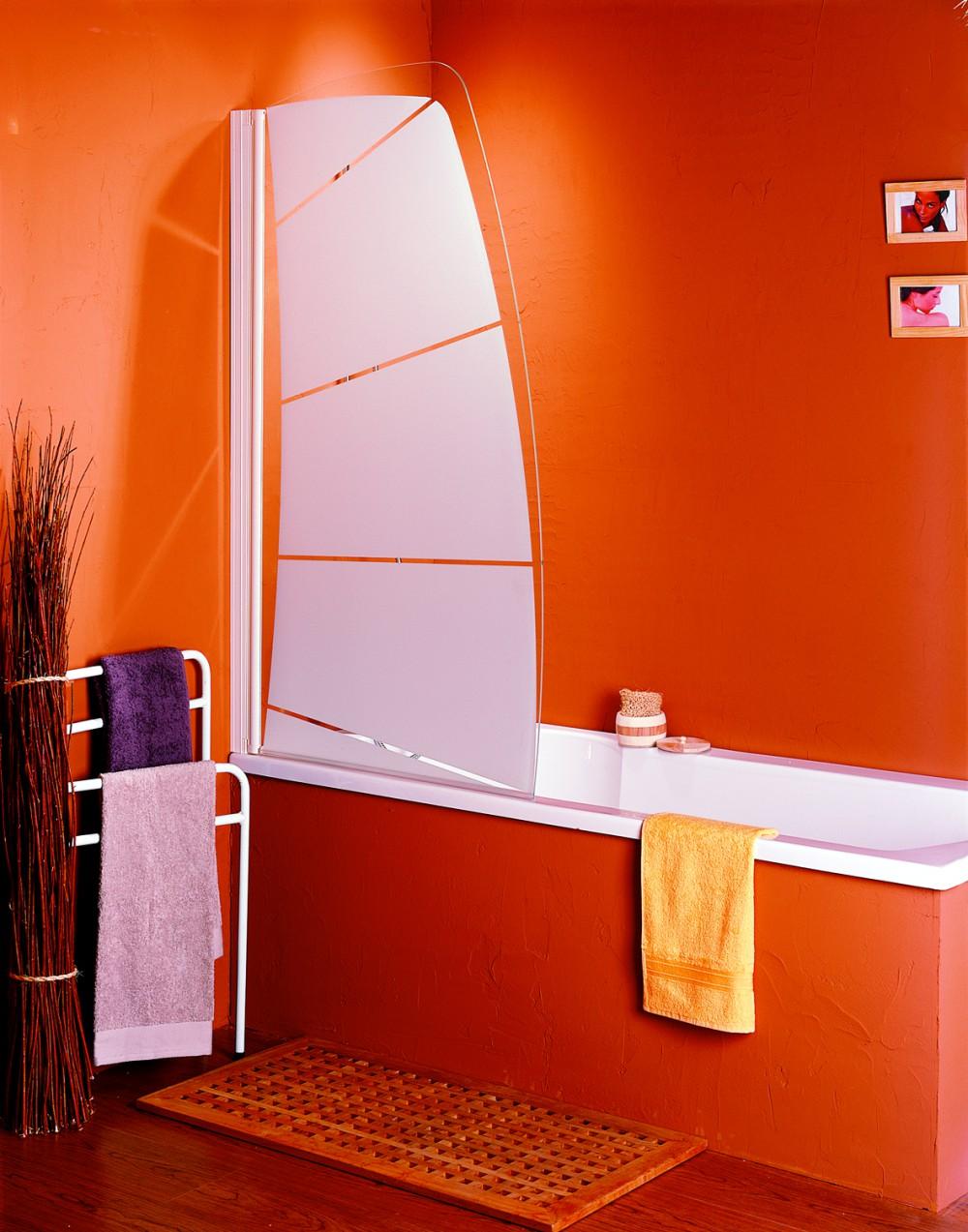Стеклянная шторка в красной ванной
